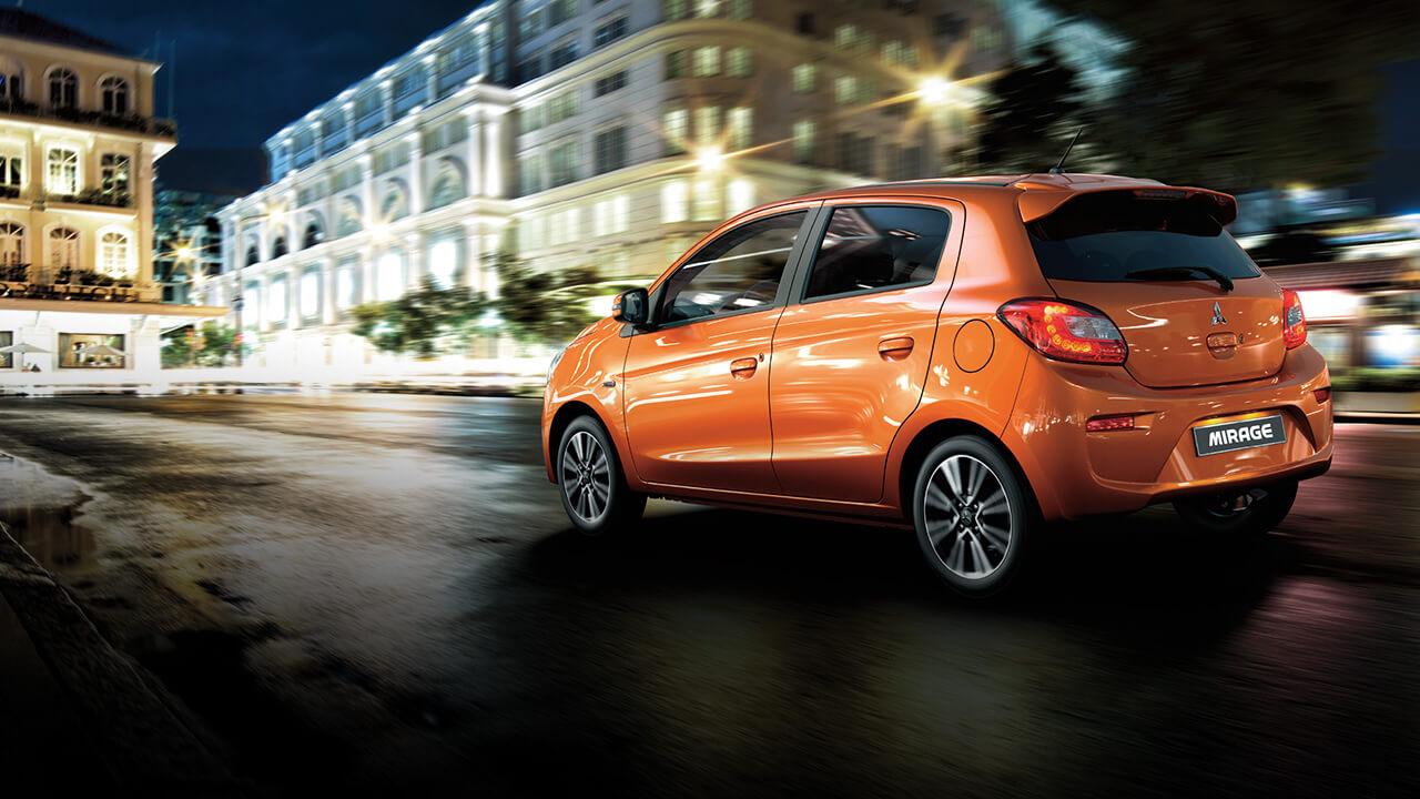Với kiểu dáng gọn gàng kết hợp đường nét mềm mại, tinh tế chạy dọc thân xe, Mirage 2019 mang đến một vẻ ngoài hiện đại và thu hút đến lạ thường. Những đường gân dập tiếp tục được xuất hiện ở ngang trục cơ sở đi dọc sườn ô tô tạo cho cảm giác chiếc ô tô trông tinh tế và nổi bật hơn. Những đường nét thiết kế khí động học này cũng giúp xe tiết kiệm tốt đa nhiên liệu và luôn sẵn sàng di chuyển. Cặp gương chiếu hậu chỉnh điện bằng nút bấm của Mirage cũng được tích hợp đèn báo rẽ vô cùng tiện lợi. Bộ mâm bánh hợp kim nổi bật với đường kính 15 inch được kết hợp bởi 2 tone màu thể thao tạo điểm nhấn mạnh mẽ và cá tính cho tổng thể của xe.